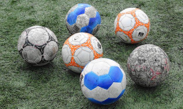 JO17-1 geeft RCD voetballes